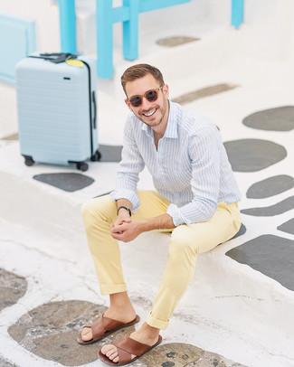 Cómo combinar: camisa de vestir de rayas verticales celeste, sandalias de cuero marrónes, gafas de sol marrónes, reloj de cuero negro