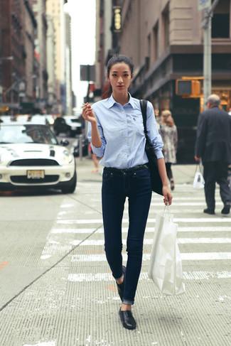 Para seguir las tendencias usa una camisa de vestir celeste y unos vaqueros azul marino. Este atuendo se complementa perfectamente con mocasín.