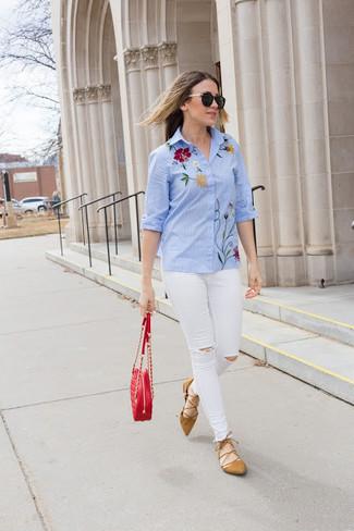 Cómo combinar: camisa de vestir bordada celeste, vaqueros pitillo desgastados blancos, bailarinas de ante marrón claro, bolso bandolera de cuero acolchado rojo