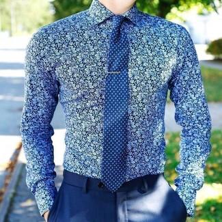 Cómo combinar: camisa de vestir con print de flores azul, pantalón de vestir azul, corbata estampada azul