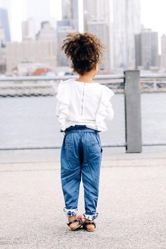 Cómo combinar: camisa de vestir con volante blanca, pantalones azules, sandalias negras