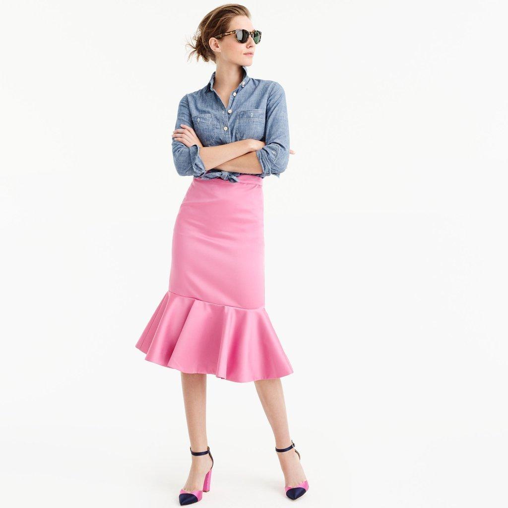 ea4b47dfee8 Cómo combinar: camisa de vestir de cambray azul, falda con volante rosada,  zapatos