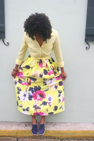 Cómo combinar: camisa de vestir de cuadro vichy amarilla, falda larga con print de flores amarilla, tenis azul marino