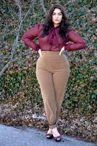 Cómo combinar: camisa de vestir de gasa burdeos, pantalón de pinzas de ante marrón claro, sandalias de tacón de cuero burdeos