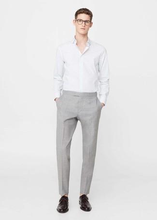 Cómo combinar: camisa de vestir de rayas verticales blanca, pantalón de vestir gris, zapatos con hebilla de cuero en marrón oscuro