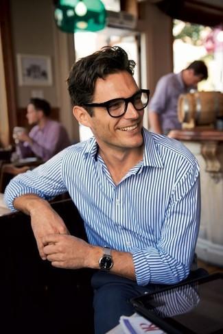 Cómo combinar un reloj gris: Emparejar una camisa de vestir de rayas verticales en blanco y azul marino junto a un reloj gris es una opción inigualable para el fin de semana.