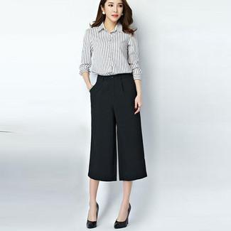 Emparejar una camisa de vestir de rayas verticales en blanco y negro y una falda pantalón negra de mujeres de Marni es una opción cómoda para hacer diligencias en la ciudad. Haz zapatos de tacón de cuero negros tu calzado para mostrar tu lado fashionista.