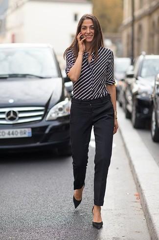 Cómo combinar una camisa de vestir de rayas verticales en negro y blanco: Opta por una camisa de vestir de rayas verticales en negro y blanco y un pantalón de vestir negro para lucir elegante y distinguida. Zapatos de tacón de ante negros son una opción muy buena para completar este atuendo.