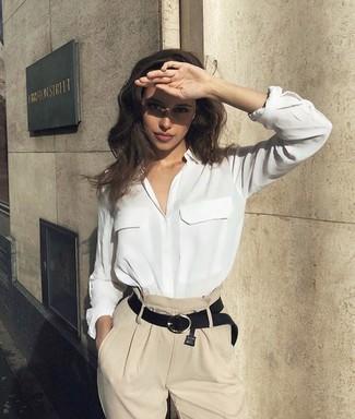Cómo combinar: camisa de vestir de seda blanca, pantalones anchos en beige, correa de cuero negra