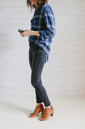 Cómo combinar: camisa de vestir de tartán en blanco y azul marino, vaqueros pitillo en gris oscuro, chinelas de cuero en tabaco