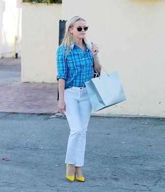 Cómo combinar: camisa de vestir de tartán en turquesa, vaqueros blancos, zapatos de tacón de cuero amarillos