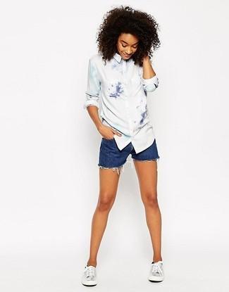 Cómo combinar: camisa de vestir efecto teñido anudado blanca, pantalones cortos vaqueros azules, tenis de cuero plateados