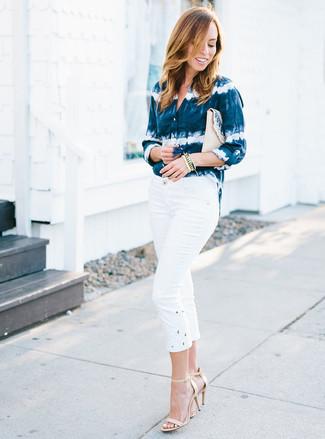 Cómo combinar: camisa de vestir efecto teñido anudado en azul marino y blanco, pantalón capri blanco, sandalias de tacón de cuero en beige, cartera sobre de paja en beige