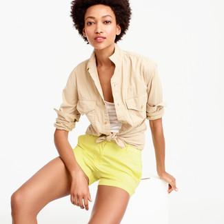 Cómo combinar: camisa de vestir en beige, camiseta sin manga de rayas horizontales en beige, pantalones cortos amarillos