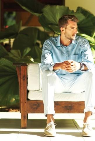 Cómo combinar: camisa de vestir de rayas verticales en blanco y azul, pantalón chino blanco, zapatos brogue de ante en beige, pulsera azul
