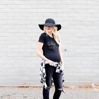 Cómo combinar: camisa de vestir a cuadros en blanco y negro, camiseta con cuello circular estampada en negro y blanco, vaqueros pitillo desgastados negros, sombrero de lana negro