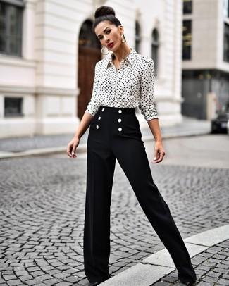 Cómo combinar unos pantalones anchos negros: Usa una camisa de vestir estampada en blanco y negro y unos pantalones anchos negros para crear un estilo informal elegante. Zapatos de tacón de cuero negros son una opción buena para completar este atuendo.