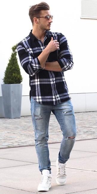 Cómo combinar: camisa de vestir de tartán en blanco y negro, vaqueros desgastados azules, zapatillas altas blancas, gafas de sol marrónes
