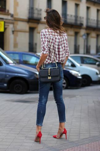 Cómo combinar: camisa de vestir de tartán en blanco y rojo, vaqueros pitillo azul marino, zapatos de tacón de ante rojos, bolso bandolera de cuero negro