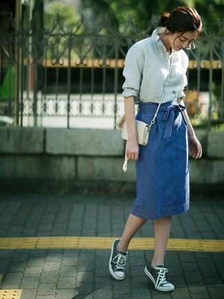 Cómo combinar una falda lápiz vaquera azul: Ponte una camisa de vestir de cuadro vichy en blanco y verde y una falda lápiz vaquera azul para lograr un estilo informal elegante. ¿Quieres elegir un zapato informal? Usa un par de tenis de lona verde oscuro para el día.