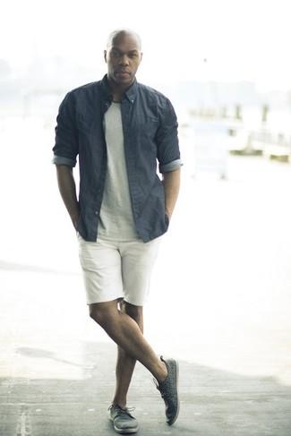 Cómo combinar una camisa de vestir de cambray gris: Ponte una camisa de vestir de cambray gris y unos pantalones cortos blancos para un lindo look para el trabajo. Tenis de cuero en gris oscuro resaltaran una combinación tan clásico.