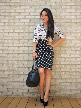 Cómo combinar una falda lápiz a lunares en negro y blanco: Intenta combinar una camisa de vestir estampada en negro y blanco con una falda lápiz a lunares en negro y blanco para un conjunto de oficina con estilo. Zapatos de tacón de cuero negros son una opción atractiva para complementar tu atuendo.