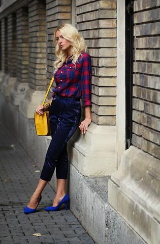 Cómo combinar un bolso bandolera de cuero amarillo: Ponte una camisa de vestir de tartán en rojo y azul marino y un bolso bandolera de cuero amarillo para un look agradable de fin de semana. Zapatos de tacón de ante azules son una opción buena para completar este atuendo.