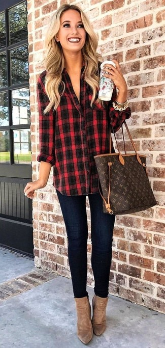 Cómo combinar: camisa de vestir de tartán en rojo y negro, vaqueros pitillo azul marino, botines de ante marrónes, bolsa tote de cuero estampada en marrón oscuro