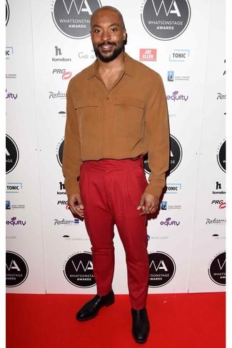 Cómo combinar: camisa de vestir en tabaco, pantalón de vestir rojo, botines chelsea de cuero negros