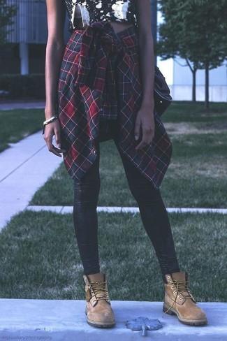 Cómo combinar: camisa de vestir de tartán en verde y rojo, top corto con print de flores en negro y blanco, leggings de cuero negros, botas planas con cordones de ante marrón claro