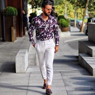 Cómo combinar: camisa de vestir estampada burdeos, pantalón de vestir blanco, zapatos con doble hebilla de cuero burdeos