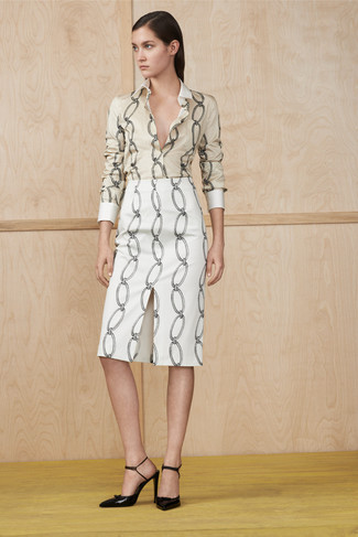 Look de moda: Camisa de vestir estampada en beige, Falda lápiz estampada blanca, Zapatos de tacón de cuero negros