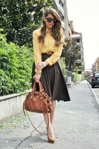 Cómo combinar: camisa de vestir amarilla, falda campana en marrón oscuro, zapatos de tacón de ante marrón claro, bolso de hombre de cuero en tabaco