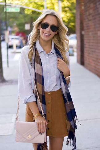 Cómo combinar: camisa de vestir celeste, falda con botones de ante marrón, bolso bandolera de cuero acolchado en beige, bufanda a cuadros azul marino