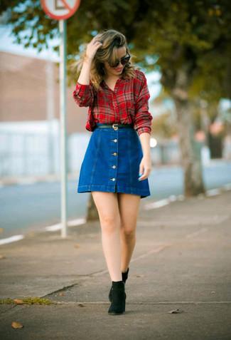 Cómo combinar: camisa de vestir de tartán roja, falda con botones vaquera azul, botines chelsea de ante negros, correa de cuero negra