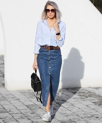 Cómo combinar: camisa de vestir celeste, falda con botones vaquera azul, tenis blancos, mochila de cuero negra