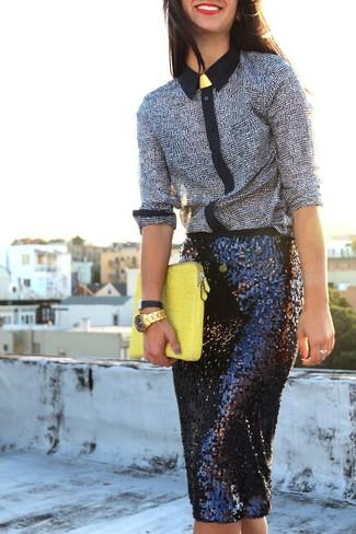 Cómo combinar: camisa de vestir estampada en negro y blanco, falda lápiz de lentejuelas negra, cartera sobre de cuero amarilla, reloj dorado