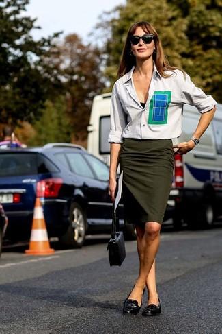 Cómo combinar: camisa de vestir gris, falda lápiz verde oliva, mocasín de cuero negros, bolso bandolera de cuero negro