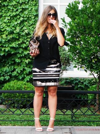 Cómo combinar: camisa de vestir negra, falda lápiz de lentejuelas de rayas horizontales en negro y blanco, sandalias de tacón de cuero blancas, cartera sobre de cuero marrón