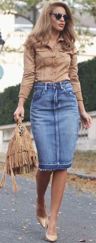 Cómo combinar: camisa de vestir marrón claro, falda lápiz vaquera azul, zapatos de tacón de cuero marrón claro, mochila con cordón de ante сon flecos marrón claro