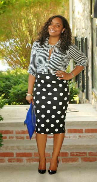 Cómo combinar: camisa de vestir de rayas verticales en negro y blanco, falda lápiz a lunares en negro y blanco, zapatos de tacón de cuero negros, cartera sobre de cuero azul