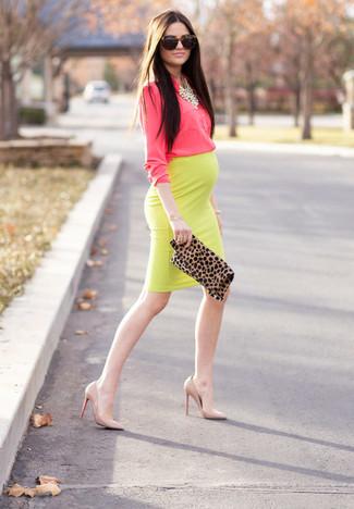 Cómo combinar: camisa de vestir rosa, falda lápiz amarilla, zapatos de tacón de cuero en beige, cartera sobre de ante de leopardo marrón claro