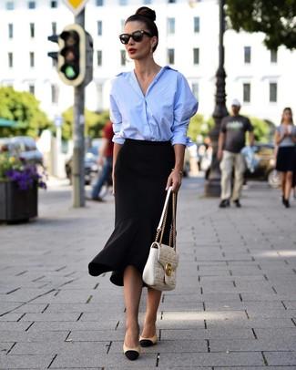 Cómo combinar: camisa de vestir celeste, falda lápiz con volante negra, zapatos de tacón de cuero en negro y marrón claro, bolso de hombre de cuero acolchado blanco