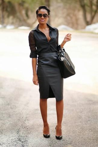 Cómo combinar: camisa de vestir de gasa negra, falda lápiz de cuero negra, zapatos de tacón de cuero negros, bolsa tote de cuero negra