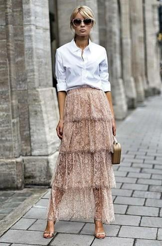 Cómo combinar: camisa de vestir blanca, falda larga de encaje en beige, sandalias de tacón de cuero doradas, cartera sobre de cuero en beige