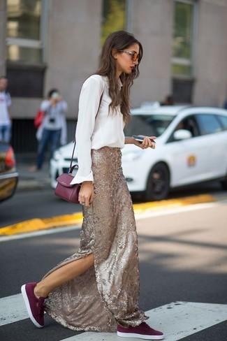 Cómo combinar: camisa de vestir blanca, falda larga de lentejuelas dorada, tenis de ante burdeos, bolso bandolera de cuero burdeos