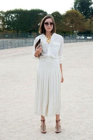 Look de moda: Camisa de vestir blanca, Falda midi plisada blanca, Sandalias de tacón de cuero en beige, Cartera sobre de cuero marrón
