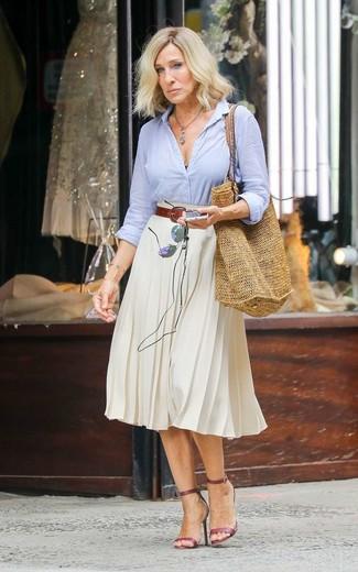 Cómo combinar una camisa para mujeres de 40 años en verano 2020: Opta por una camisa y una falda midi plisada blanca para sentirte con confianza y a la moda. Sandalias de tacón de cuero burdeos son una opción excelente para complementar tu atuendo. Es un atuendo a tener en cuenta para copiar este verano.