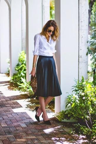 Cómo Combinar Una Falda Plisada Azul Marino Con Una Camisa De Vestir Celeste 2 Outfits Lookastic España