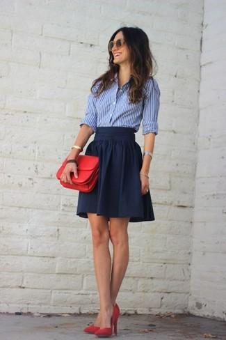 Cómo combinar: camisa de vestir de rayas verticales en blanco y azul, falda skater azul marino, zapatos de tacón de ante rojos, cartera sobre de cuero roja